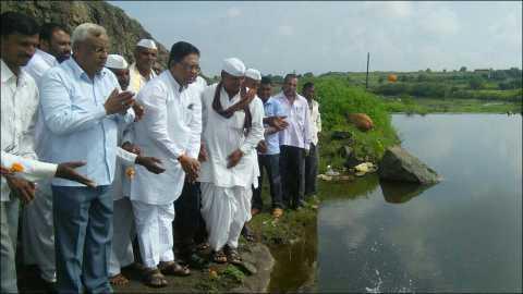 कर्जुले हर्या (ता. पारनेर) जलयुक्त शिवार योजनेअंर्तगत खोलीकरण करण्यात आलेल्या बंधाऱ्यातील पाण्याचे पुजन करताना आमदार विजय औटी व जिल्हा परिषद सदस्य काशिनाथ दाते.