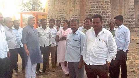 सांगली - महांकाली नदीवरील पुलाखाली पाहणी करताना डॉ. राजेंद्रसिंह राणा. यावेळी उपस्थित जलबिरादरीचे सदस्य, कोकळे ग्रामस्थ आणि अधिकारी.