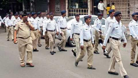 नागपूर - पार्किंगसंबंधी निर्बंध लागू झाल्यानंतर गुरुवारी धरमपेठमध्ये पथसंचलन करताना वाहतूक पोलिस.