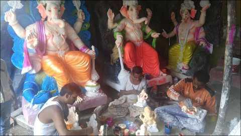 जैताणे(ता.साक्री): परिवारासह श्रीगणेशाच्या मूर्ती कामात रंगलेले तुकाराम ठाकरे.. शेजारी मुले पांडुरंग ठाकरे व मोहन ठाकरे...