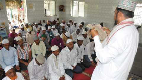 कवठे येमाई (ता. शिरूर, जि. पुणे) येथे रमजान ईद निमित्त मुस्लीम बांधवाना मार्गदर्शन करताना मौलाना अब्दुल रज्जाक.