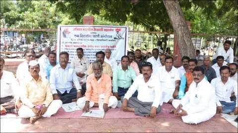 सोलापूर : महाराष्ट्रातील कैकाडी समाजावर असलेले क्षेत्रीय बंधन उठवावे या प्रमुख मागणीसाठी गुरुवारी जिल्हाधिकारी कार्यालयासमोर धरणे आंदोलन करताना अखिल भारतीय कैकाडी महासंघाचे पदाधिकारी व कार्यकर्ते.