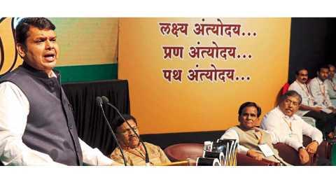 चिंचवड - भाजप प्रदेश कार्यकारिणी बैठकीच्या समारोपप्रसंगी गुरुवारी मार्गदर्शन करताना मुख्यमंत्री देवेंद्र फडणवीस. शेजारी (डावीकडून) श्याम जाजू, रावसाहेब दानवे, चंद्रकांत पाटील.