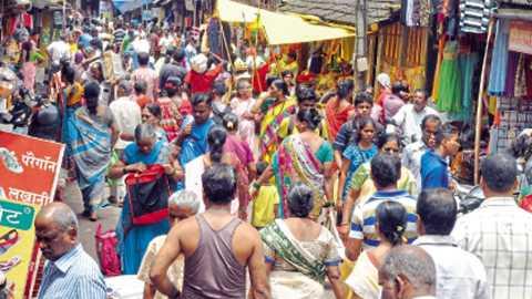 कणकवली - गणेशोत्सवाच्या पार्श्वभूमीवर गर्दीने फुललेली येथील बाजारपेठ.