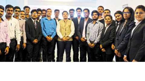 'एसआयएलसी'तर्फे आयोजित कृषी उद्योजक संवादप्रसंगी विद्यार्थ्यांसोबत आनंद चोरडिया, अमोल बिरारी.