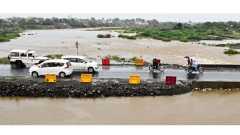 बीड - शहरातून जाणाऱ्या राष्ट्रीय महामार्गावरील बिंदुसरा नदीवरील जुन्या पुलालगत तात्पुरत्या स्वरूपात उभारण्यात आलेल्या पुलाजवळ नदीचे पाणी साचले. त्यामुळे नवीन कच्च्या पुलाच्या भरावाला धोका निर्माण झाला आहे.