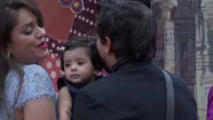 Actor Pushkar jog meet his wife and daughter in big boss house