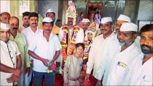 मुठा (ता. मुळशी) : मंगेश व पूजाच्या विवाहप्रसंगी जमलेले ग्रामस्थ.
