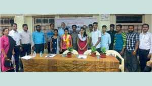 सरस्वती विद्या मंदिर - रात्रशाळांच्या गुणवत्ता यादीत चमकलेल्या विद्यार्थ्यांसह मान्यवर.