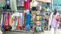 पिंपरी बाजार पेठ - रस्त्यावर ठेवलेले कपड्यांचे रॅक व चपलांचे स्टॅंड.