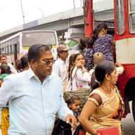 निगडी बस स्थानक - पीएमपी बसमध्ये प्रवेश करण्यासाठी प्रवाशांची धावपळ.