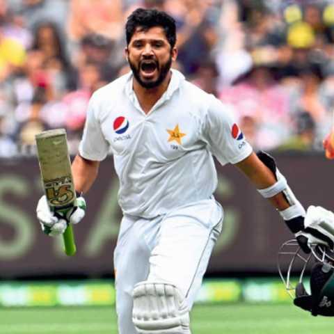मेलबर्न - ऑस्ट्रेलियाविरुद्ध दुसऱ्या कसोटी क्रिकेट सामन्यात द्विशतक पूर्ण केल्यानंतर जिगरबाज जल्लोष करताना पाकिस्तानचा फलंदाज अझर अली.