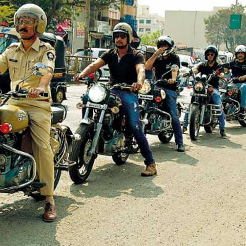 लातूर - प्रादेशिक परिवहन कार्यालयातर्फे रस्ता सुरक्षा अभियानानिमित्त मंगळवारी शहरातून काढलेली बुलेटधारकांची हेल्मेट फेरी.